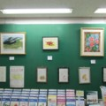 「千葉県がんセンター」の通路待合コーナー壁面に作品展示の写真